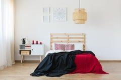 Schwarze und rote Bettwäsche stockfotografie