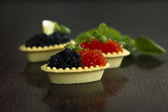 Schwarze und rote Kaviar Tartlets Stockbild