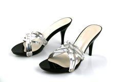 Schwarze und silberne weibliche Schuhe Stockfotos