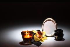Schwarze Urne mit schwarzem Band, gelbe Orchidee für Beileidskarte Stockfoto