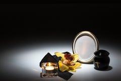 Schwarze Urne mit schwarzem Band, gelbe Orchidee für Beileidskarte Lizenzfreie Stockbilder