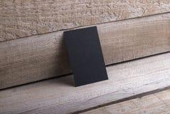 Schwarze Visitenkarten auf altem hölzernem Hintergrund Stockfotos