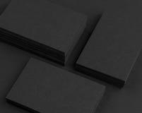 Schwarze Visitenkarten auf schwarzem Hintergrund Lizenzfreies Stockbild