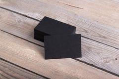 Schwarze Visitenkarten lokalisiert auf altem hölzernem Hintergrund Stockfotos