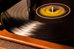 Schwarze Vynil-Diskette wird gespielt stockfotografie