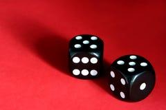 Schwarze Würfel auf Rot Lizenzfreies Stockfoto