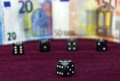 Schwarze Würfel, zum des Pokers auf einer roten Samtoberfläche zu spielen Stockfotos