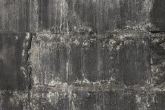 Schwarze Wand von Betonblöcken in einer Schmutzart Stockfotografie