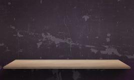 Schwarze Wandbeschaffenheit im Hintergrund Holztisch mit freiem Raum Lizenzfreies Stockfoto