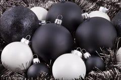 Schwarze, Weiß und Taupe Weihnachtsdekorationen Stockfoto
