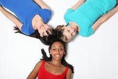 Schwarze weiße und asiatische glückliche Spaßhaltung der Freundinnen Lizenzfreies Stockbild