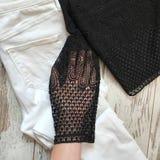 Schwarze weibliche Bluse auf einem hölzernen Hintergrund lizenzfreie stockfotos