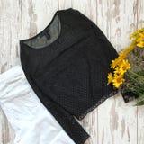 Schwarze weibliche Bluse auf einem hölzernen Hintergrund lizenzfreies stockbild