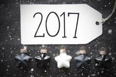 Schwarze Weihnachtsbälle, Schneeflocken, Text 2017 Stockfotografie