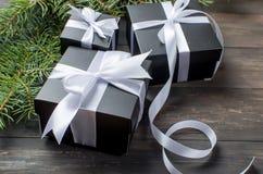 Schwarze Weihnachtsgeschenkbox und weißes Band Lizenzfreie Stockfotos
