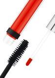Schwarze Wimperntusche und rote lipgloss lokalisiert auf Weiß Stockfotografie
