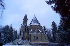 Schwarzenberg gravvalv, sidosikt, träd och trappa - vintertid royaltyfri fotografi