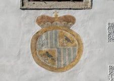 Schwarzenbergs-Mantel-vonarme malten auf einem Gebäude, Cesky Krumlov, Tschechische Republik stockfoto