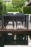 Schwarzer Abendtisch und Einrichtung der Stühle im Freien Stockbilder
