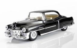 Schwarzer Amerikaner Cadillac von 1952 auf einem weißen Hintergrund mit refle stockbilder