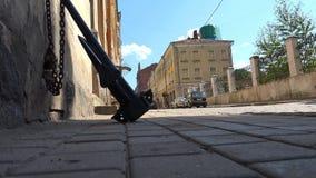 Schwarzer Anker des Eisens auf der Kette gegen die Wand des Hauses stock video
