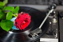 Schwarzer Audioverein DJ filmen hängen oben Schatten-Technikrekorddrehscheibe V der Hip-Hop-Instrumentlangspielplatten-Musiknadel Stockfoto