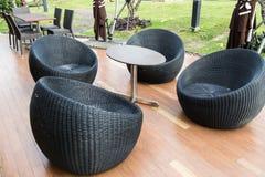 Schwarzer aus Weiden geflochtener bequemer Stuhl stockfoto