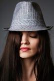 Schwarzer Büstenhalter und grauer Hut. Lizenzfreies Stockbild