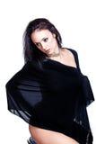 Schwarzer behaarter schöner Tänzer abgedeckt durch ein Sehung durch Material Lizenzfreie Stockfotografie