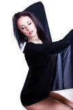 Schwarzer behaarter schöner Tänzer abgedeckt durch ein Sehung durch Material Stockbild