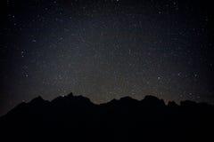 Schwarzer Berg mit vollen Sternen lizenzfreie stockfotografie