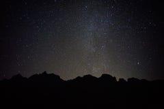 Schwarzer Berg mit vollen Sternen stockfotos