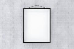 Schwarzer Bilderrahmen auf einer Backsteinmauer Stockfoto