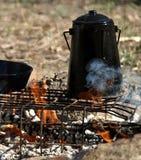 Schwarzer Billy auf dem Feuer lizenzfreie stockbilder