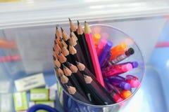 Schwarzer Bleistift im Kasten, hölzerne Bleistiftsammlung Stockbild