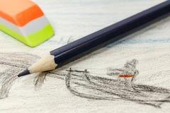 Schwarzer Bleistift und Radiergummi auf dem Hintergrund von Kind-` s Zeichnung Stockfoto