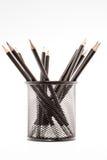Schwarzer Bleistifthalter mit den Bleistiften lokalisiert Lizenzfreie Stockfotografie