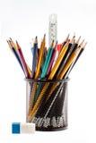 Schwarzer Bleistifthalter mit den Bleistiften lokalisiert auf Weiß Stockbild