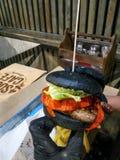 Schwarzer Burger lizenzfreies stockfoto