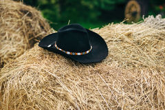 Schwarzer Cowboyhut im Heu Stockbild
