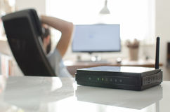 Schwarzer drahtloser Router auf weißer reflektierender Tabelle Stockbilder