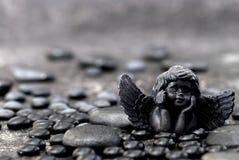 Schwarzer Engel und Stein lizenzfreie stockbilder