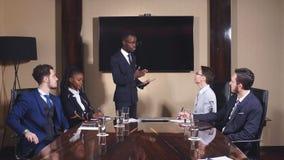 Schwarzer Führer von den Geschäftsleuten, die eine Rede in einem Konferenzsaal geben stock video footage