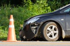 Schwarzer Fahrzeugschaden auf der Straße Stockfotos