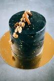 Schwarzer festlicher Kuchen, in der Raumart Lizenzfreie Stockbilder