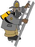 Schwarzer Feuerwehrmann, der eine Leiter klettert Stockbilder