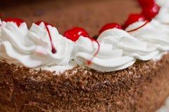Schwarzer Forest Cake mit Schlagsahne stockfotografie