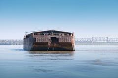 Schwarzer Frachtlastkahn wird auf der Donau verankert Stockfoto