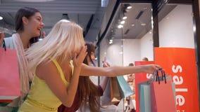 Schwarzer Freitag, freuen sich lachende shopaholics Freundin an den Verkaufsrabatten würzen während des Speichers der Käufe in Mo stock video