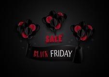 Schwarzer Freitag-Verkauf Rote und schwarze Ballone, die mit Fahnenba hängen Lizenzfreie Stockbilder